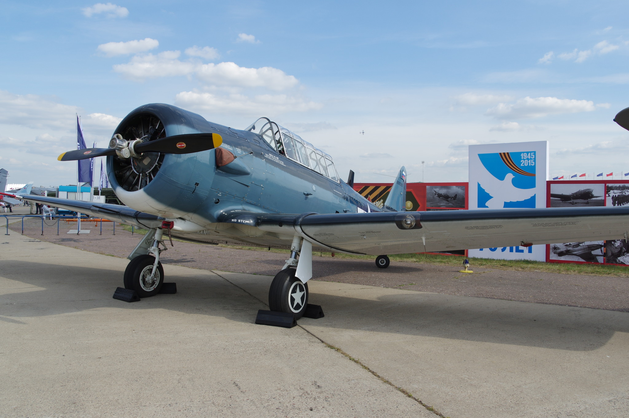 Лёгкий учебный самолёт T-6 Тексан