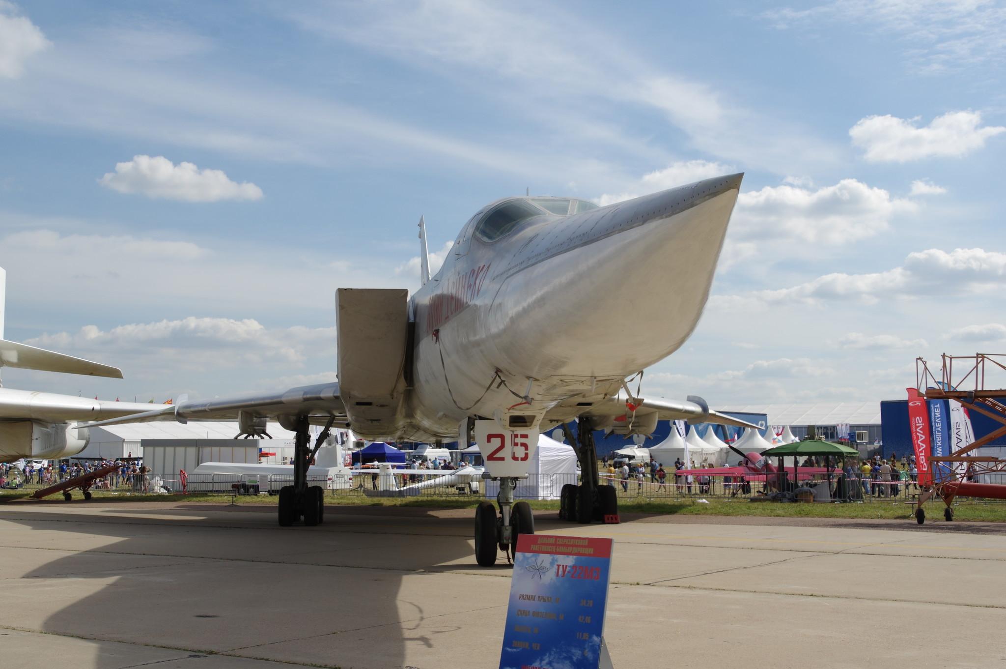 Дальний сверхзвуковой ракетоносец-бомбардировщик с крылом изменяемой стреловидности Ту-22М3