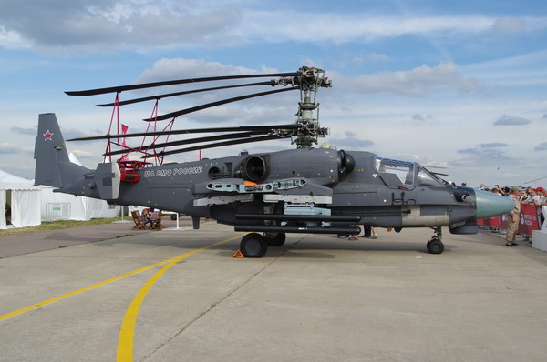 Один из опытных вертолётов Ка-52К, оснащённый новой оптико-электронной прицельной системой ОЭС-52, предполагаемой для комплектации вертолётов Ка-52, заказанных Египтом, в экспозиции авиасалона МАКС-2015