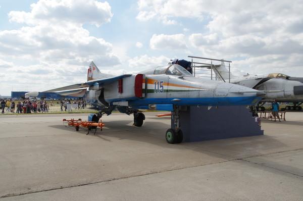 Сверхзвуковой истребитель-бомбардировщик с крылом изменяемой стреловидности МиГ-27М