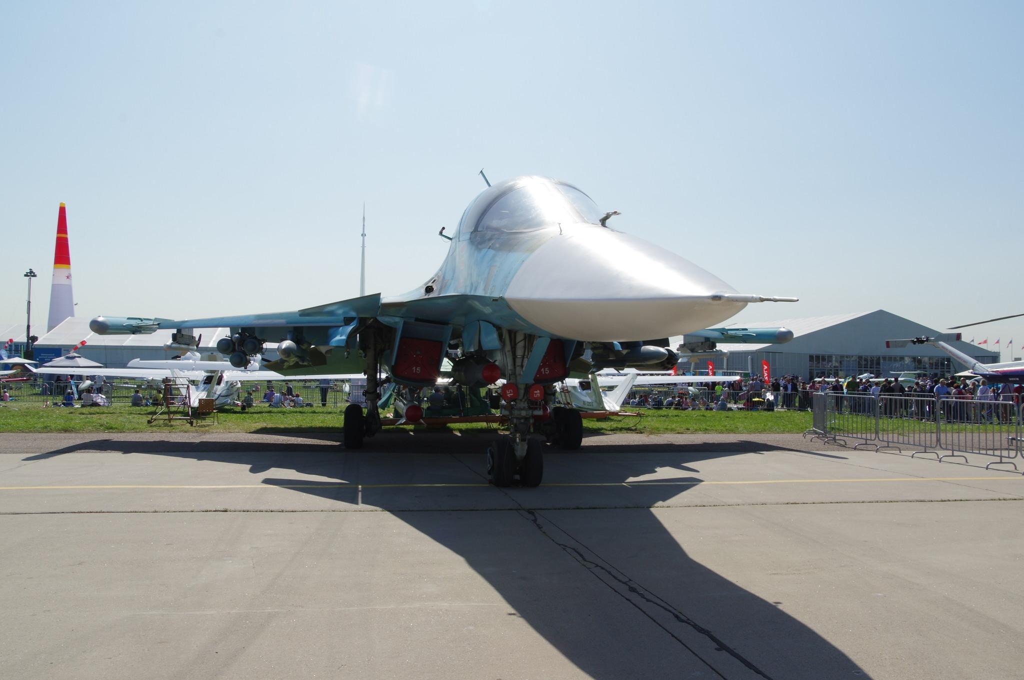 Двухместный многофункциональный истребитель-бомбардировщик Су-32