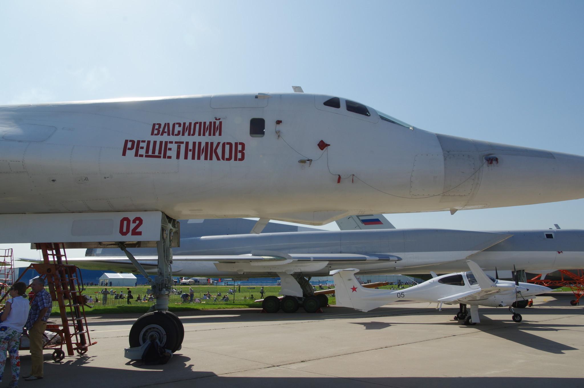 Сверхзвуковой стратегический бомбардировщик-ракетоносец с крылом изменяемой стреловидности Ту-160