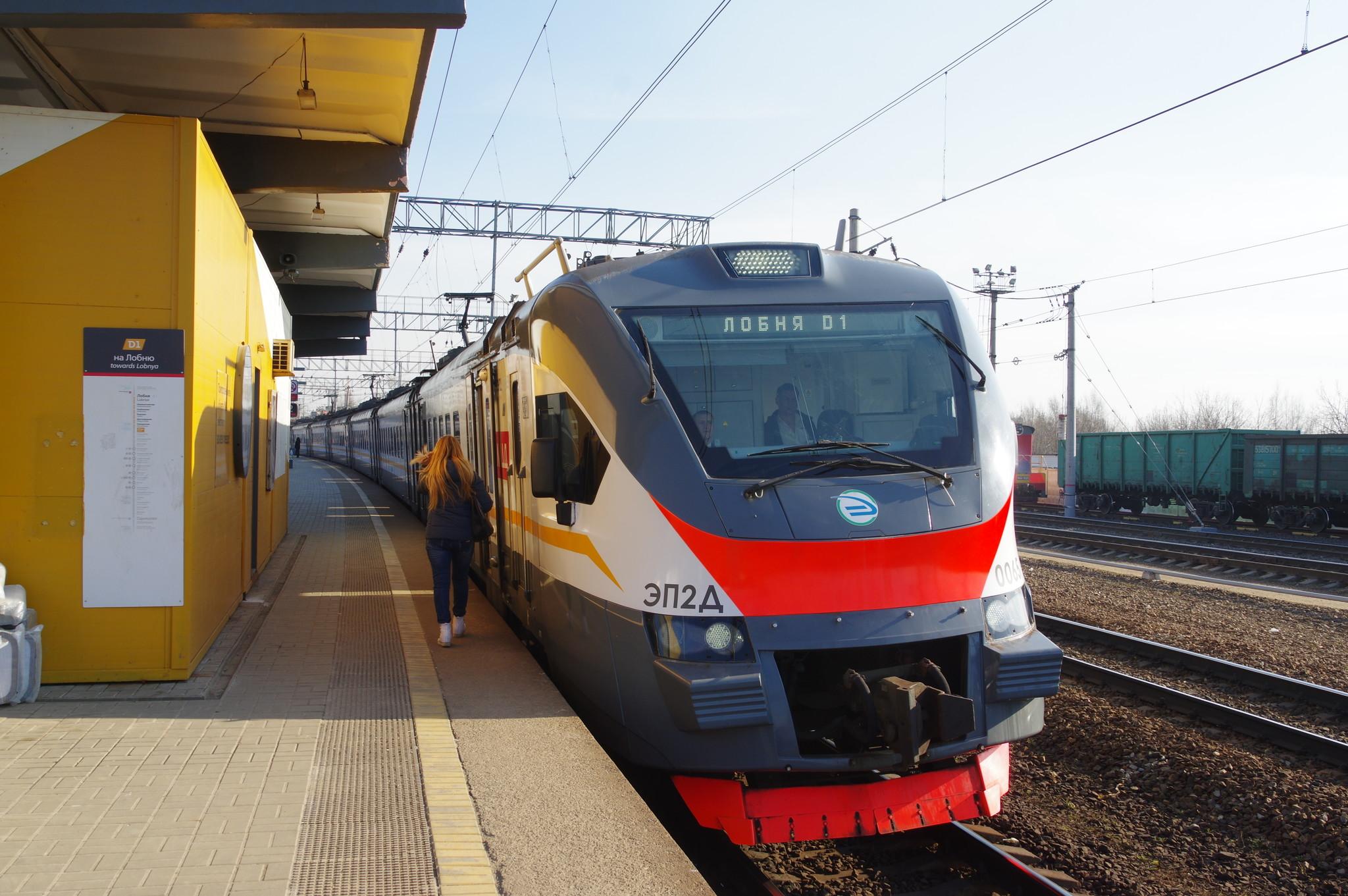 Поезд на платформе станции «Марк» МЦД-1