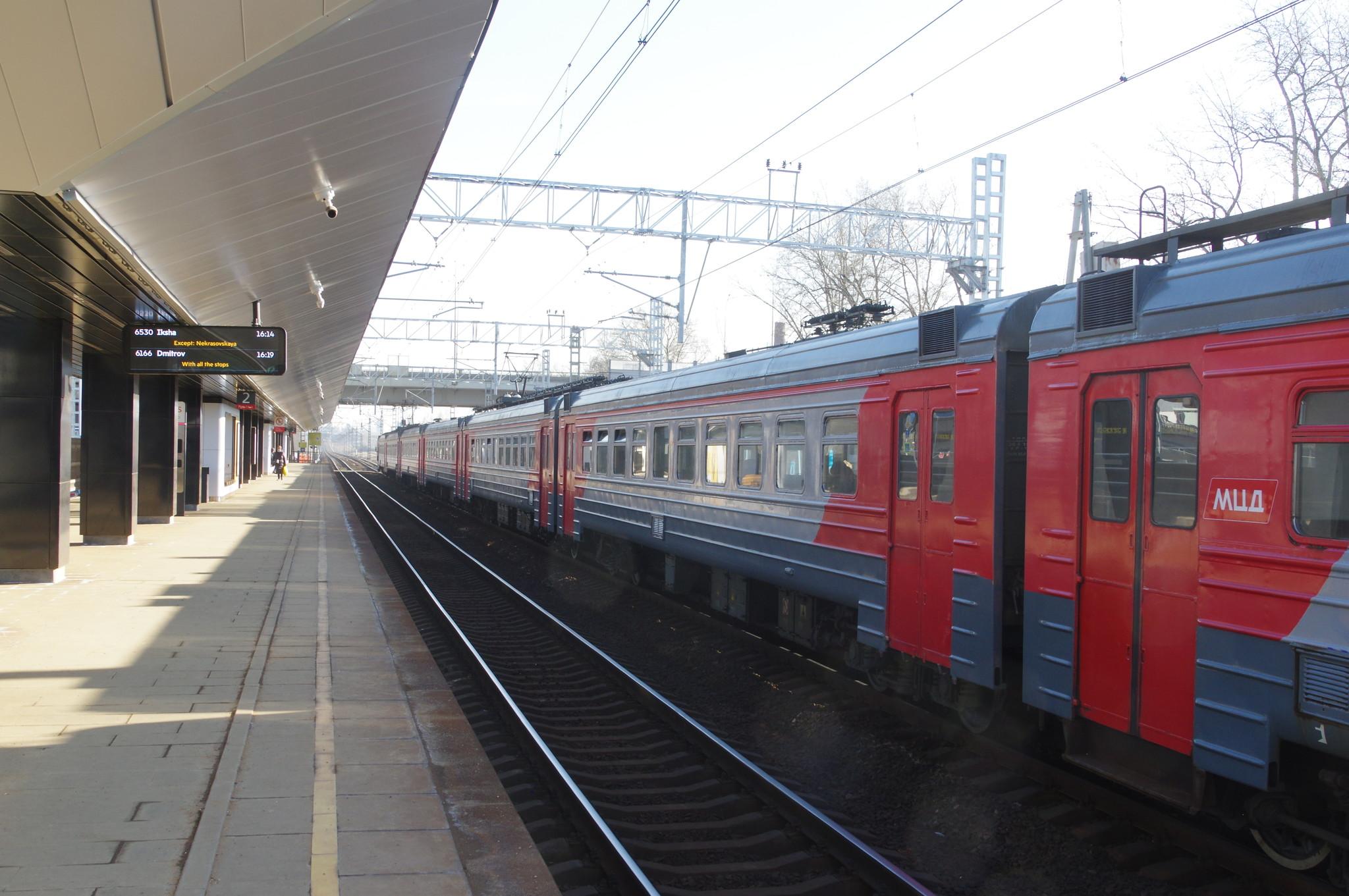 Поезд на платформе станции «Новодачная» МЦД-1