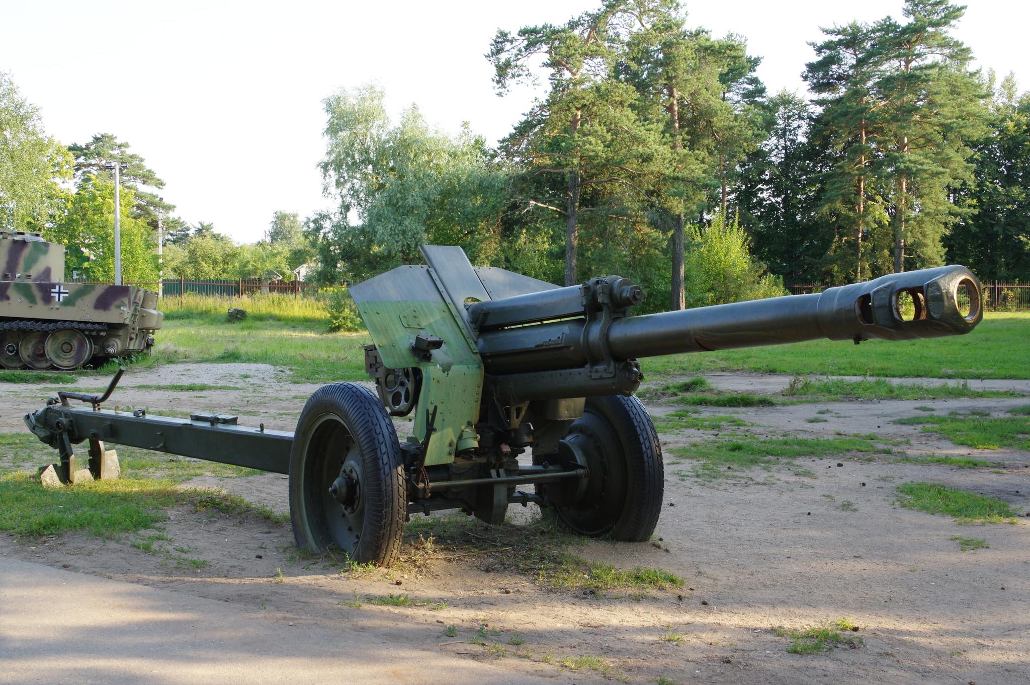 152-мм гаубица образца 1943 года (Д-1) в экспозиции Ленино-Снегирёвского военно-исторического музея