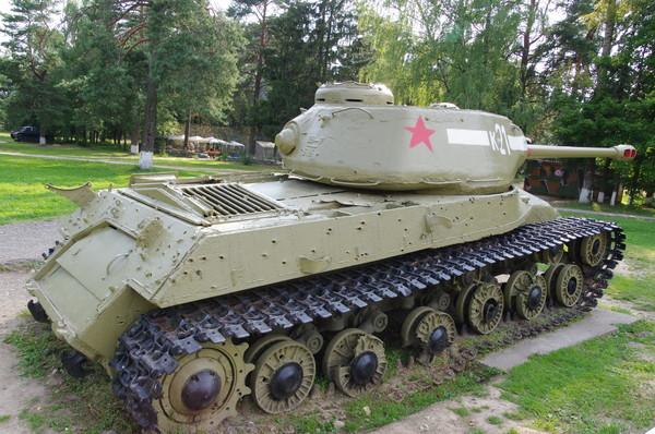 Тяжёлый танк ИС-2М в экспозиции Ленино-Снегирёвский военно-исторический музея