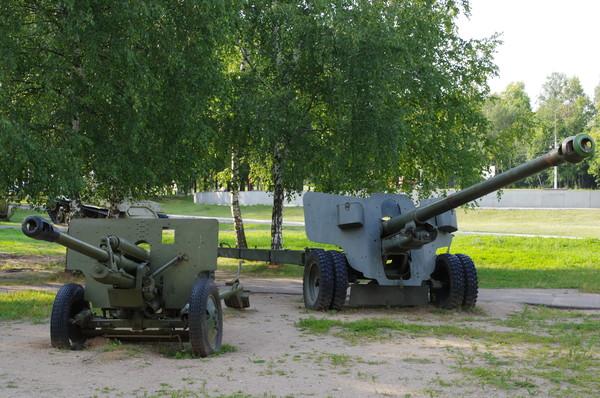 76-мм дивизионная противотанковая пушка ЗИС-3 и 100-мм полевая пушка образца 1944 года (БС-3). Ленино-Снегиревский военно-исторический музей