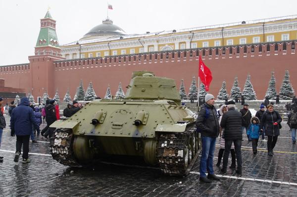 Средний танк Т-34-85 на Красной площади