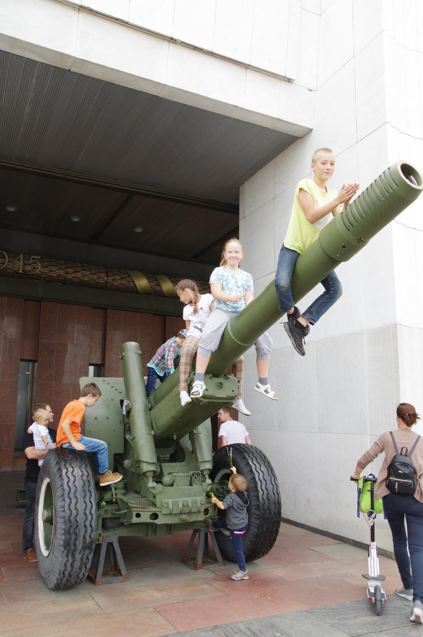 У входа в Музей Победы