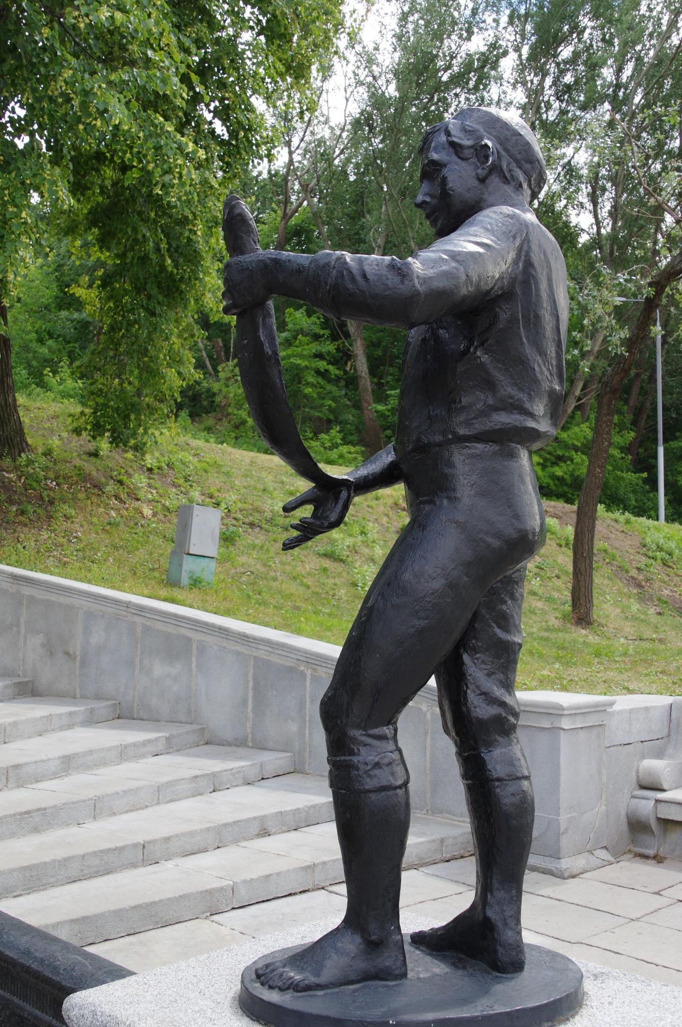 Скульптура мальчика с рыбой в руках