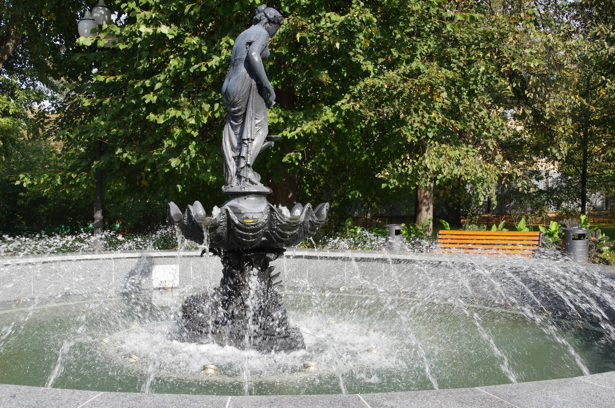 Фонтан «Девушка с кувшином» около выхода из Парка Горького