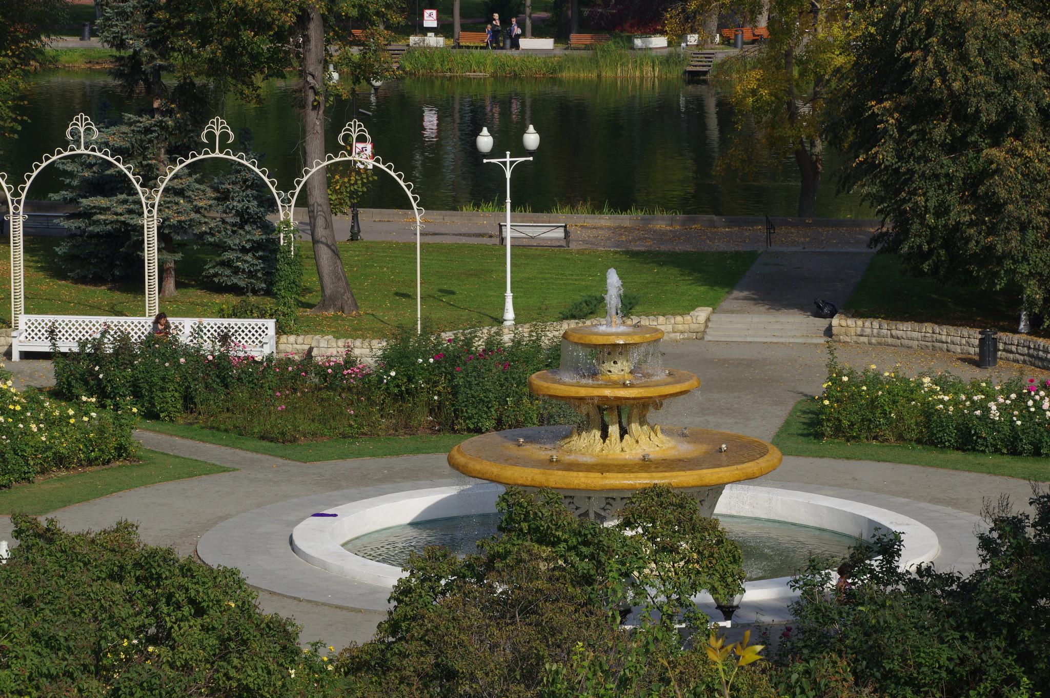 Ажурный фонтан в розарии Парка Горького