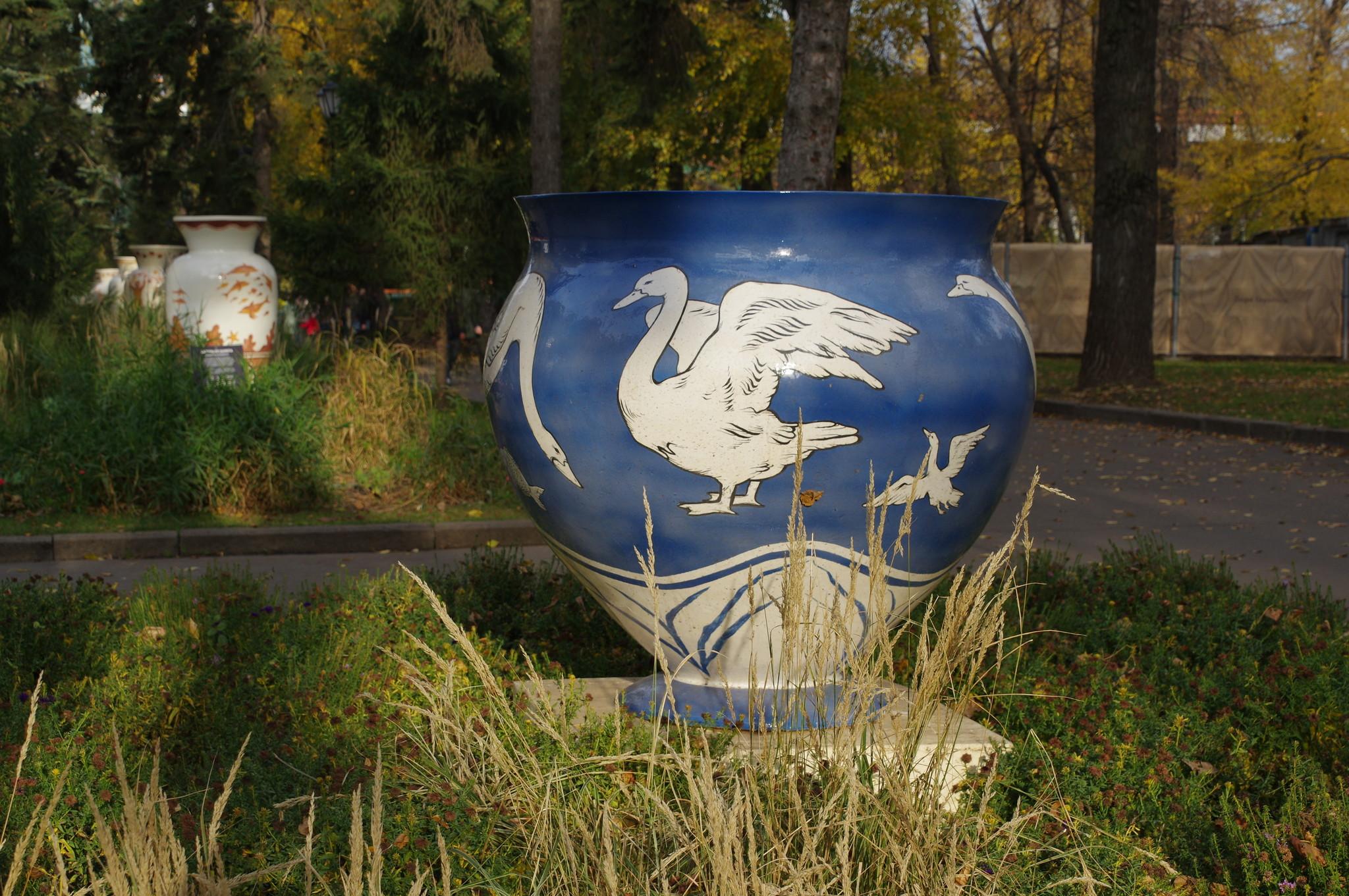 Вазон с лебедями в парке Горького