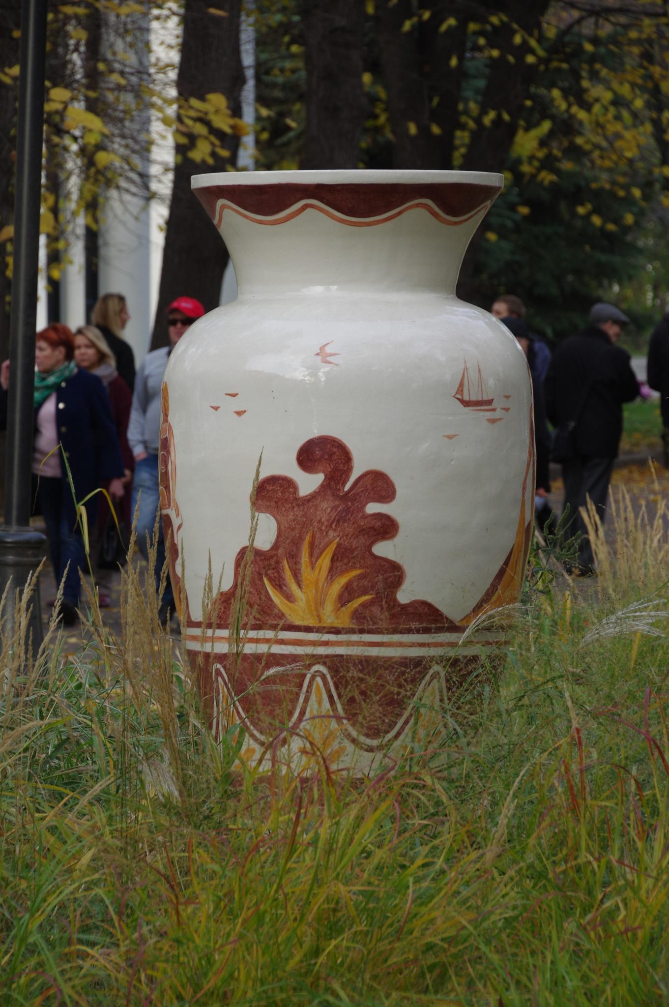 Вазон из шамота в парке Горького