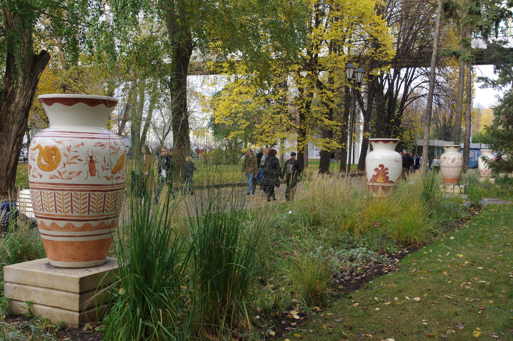 Вазоны из шамота в парке Горького