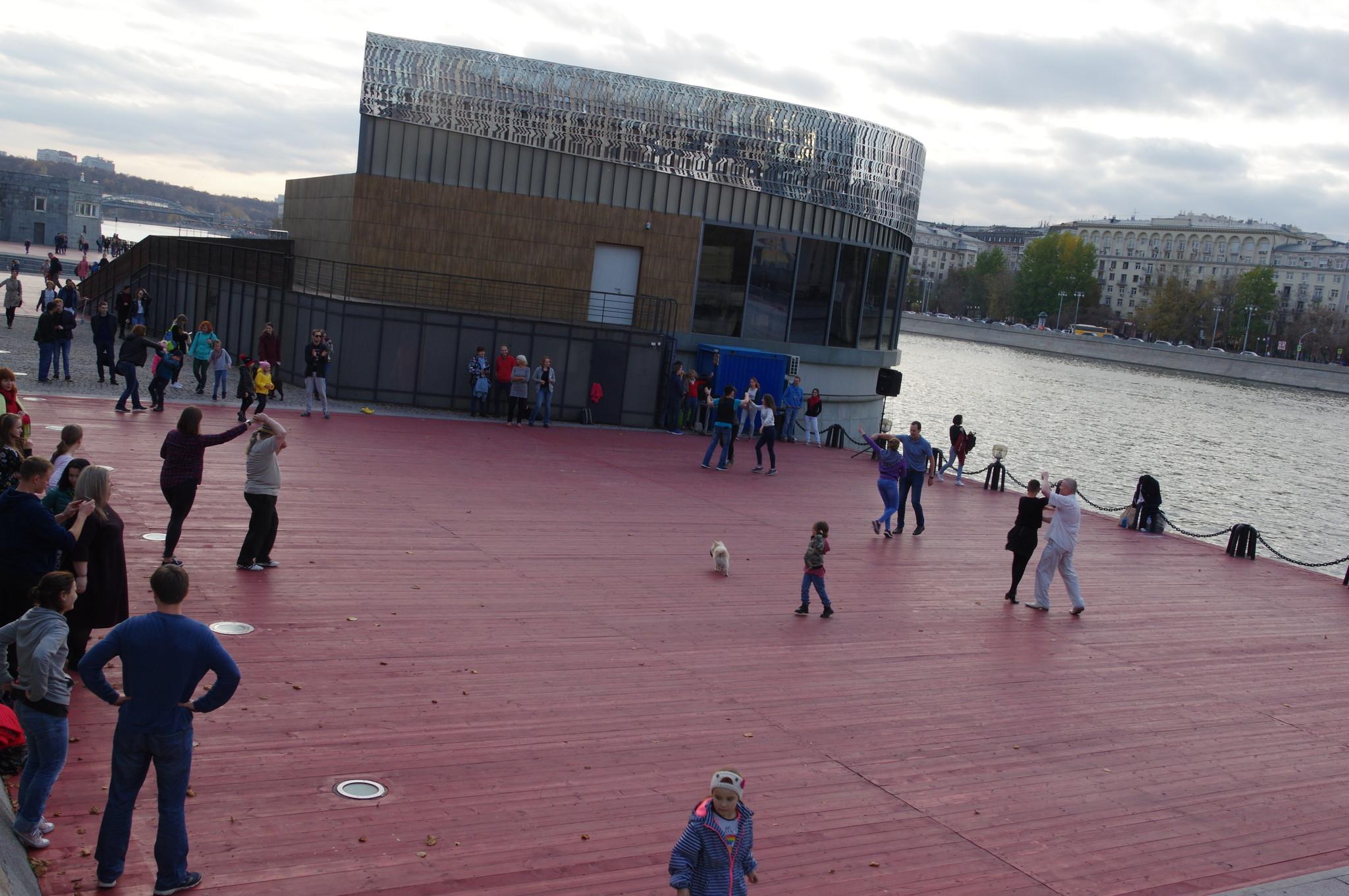 Танцевальная площадка на Пушкинской набережной