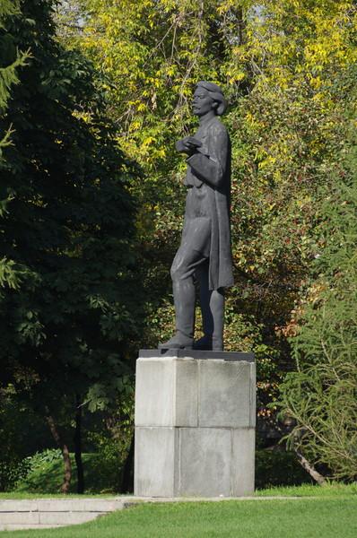 Памятник Максиму Горькому в Центральном парке культуры и отдыха имени Горького