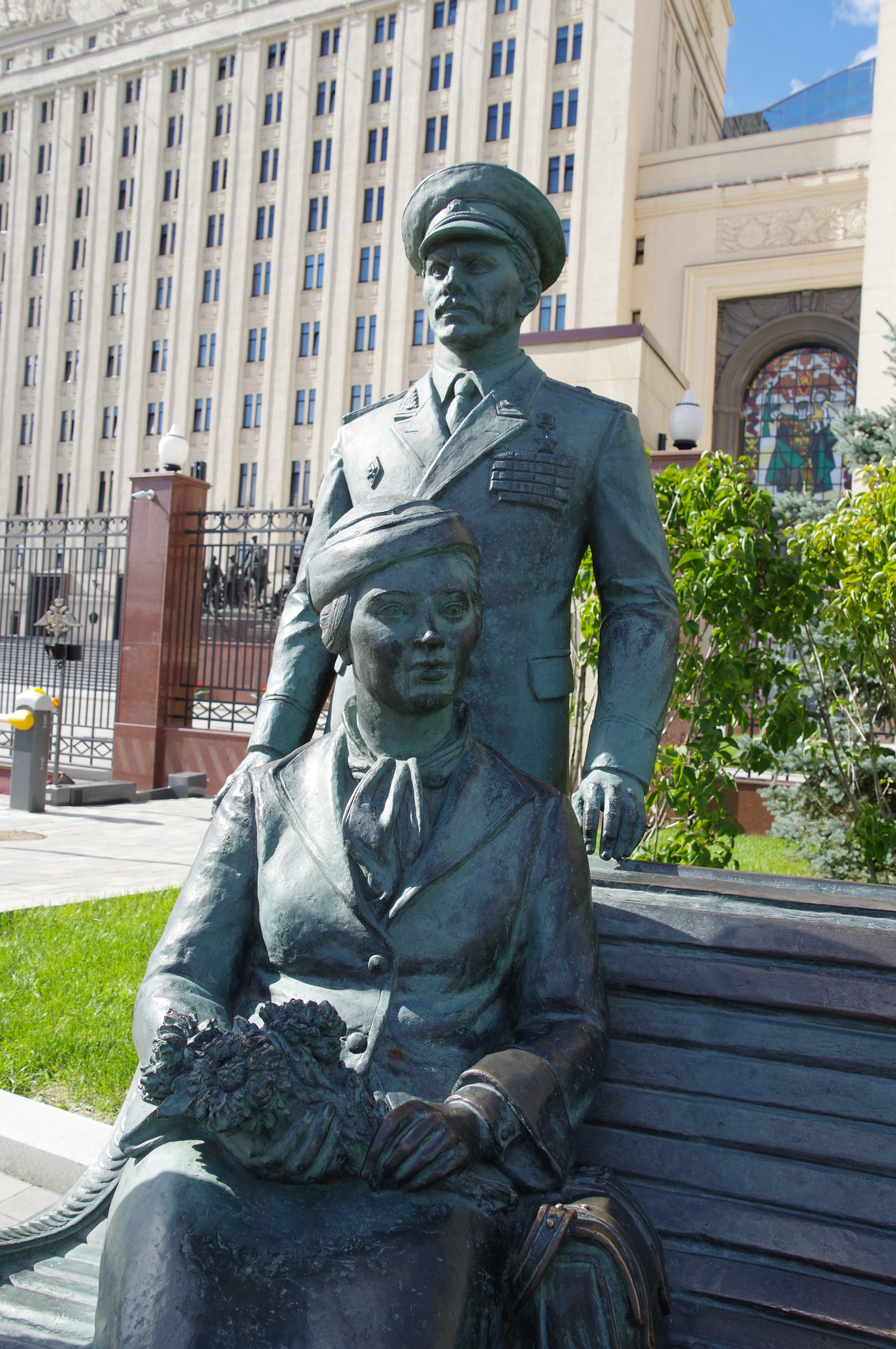 Памятник героям фильма «Офицеры» возле здания Минобороны России