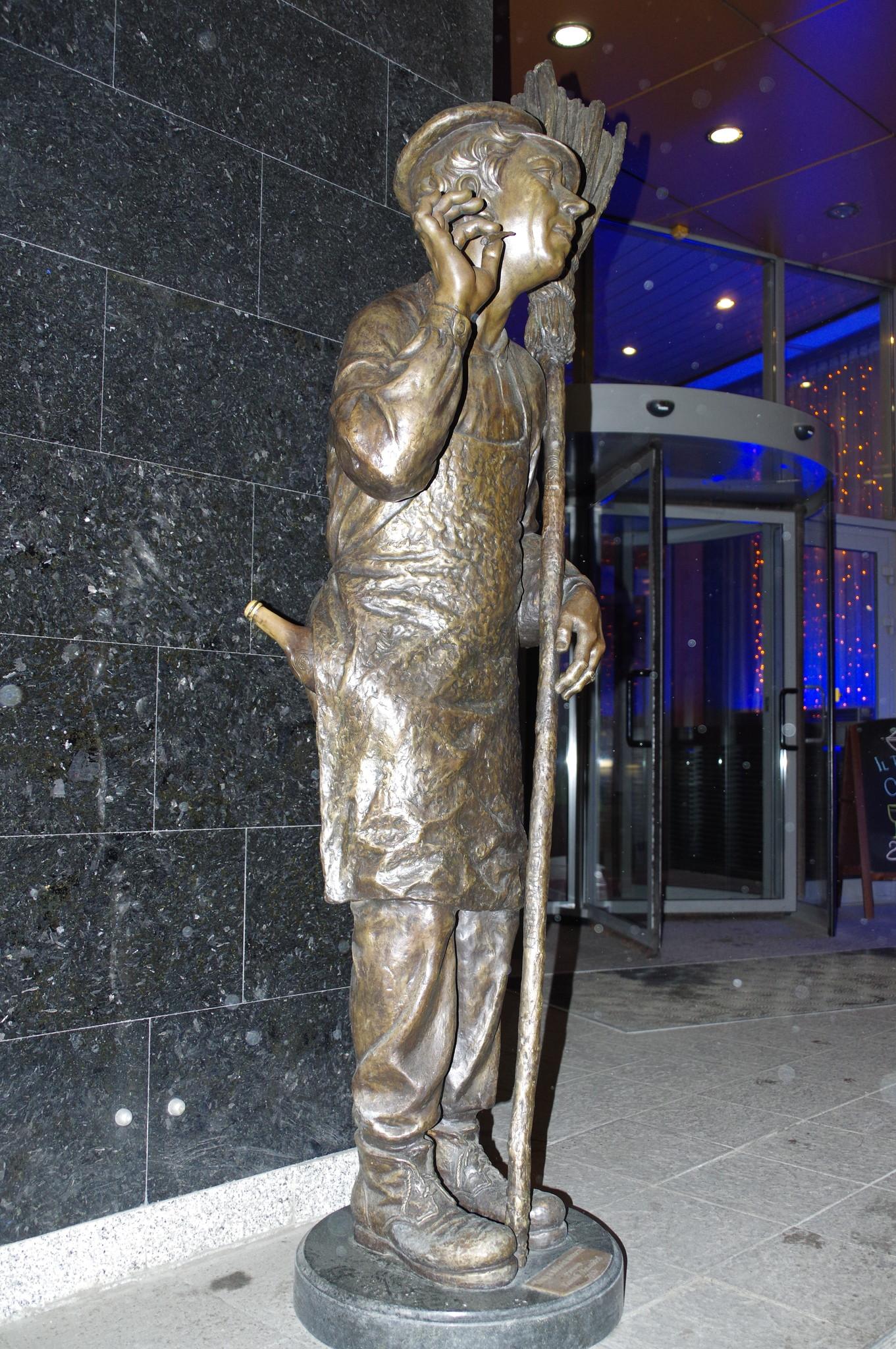 Юрий Никулин в роли дворника Тихона из фильма Леонида Гайдая «Двенадцать стульев» около входа в гостиницу «Юность»