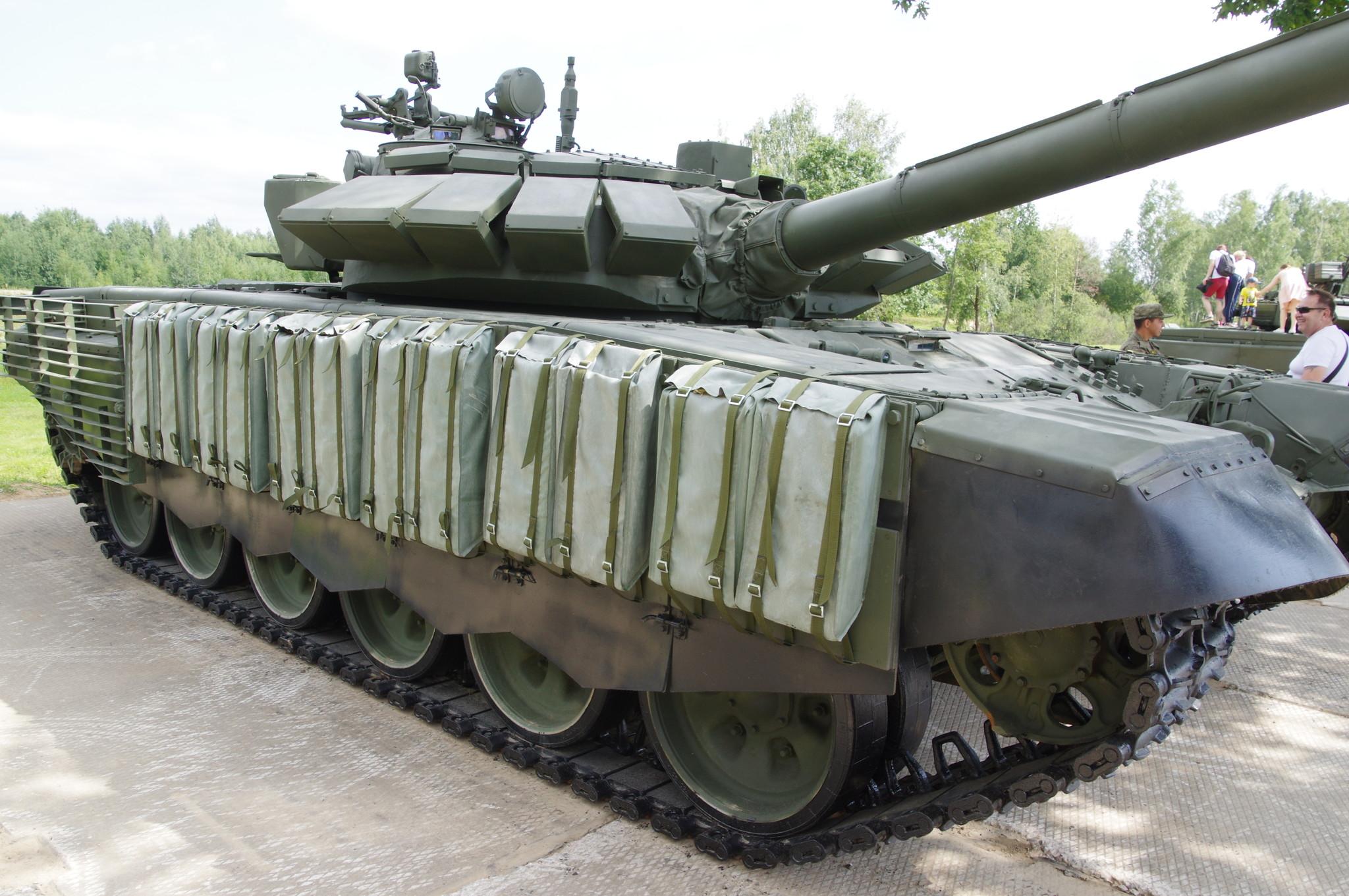 Танк Т-72Б3 с дополнительной защитой