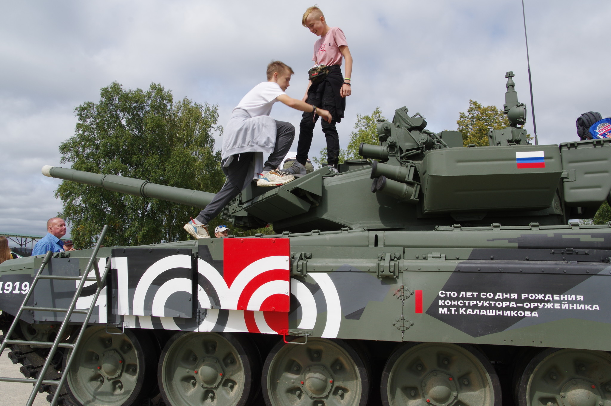 Основной боевой танк Т-90А. Сто лет со дня рождения конструктора-оружейника М.Т. Калашникова