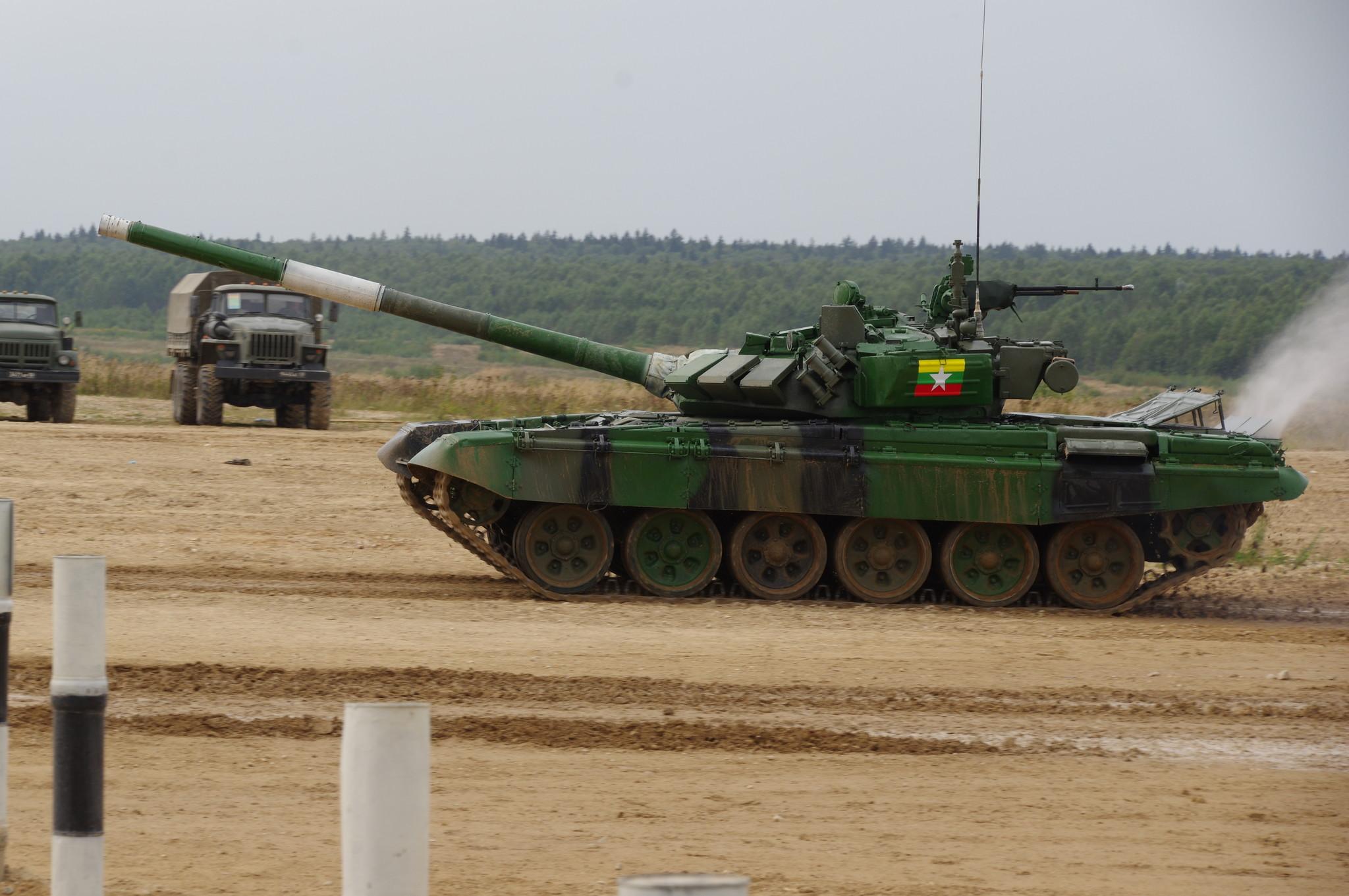 В заезде участвует экипаж из Мьянмы на танке Т-72Б3. Танковый биатлон в рамках Армейских международных игр «АрМИ-2020» на полигоне Алабино