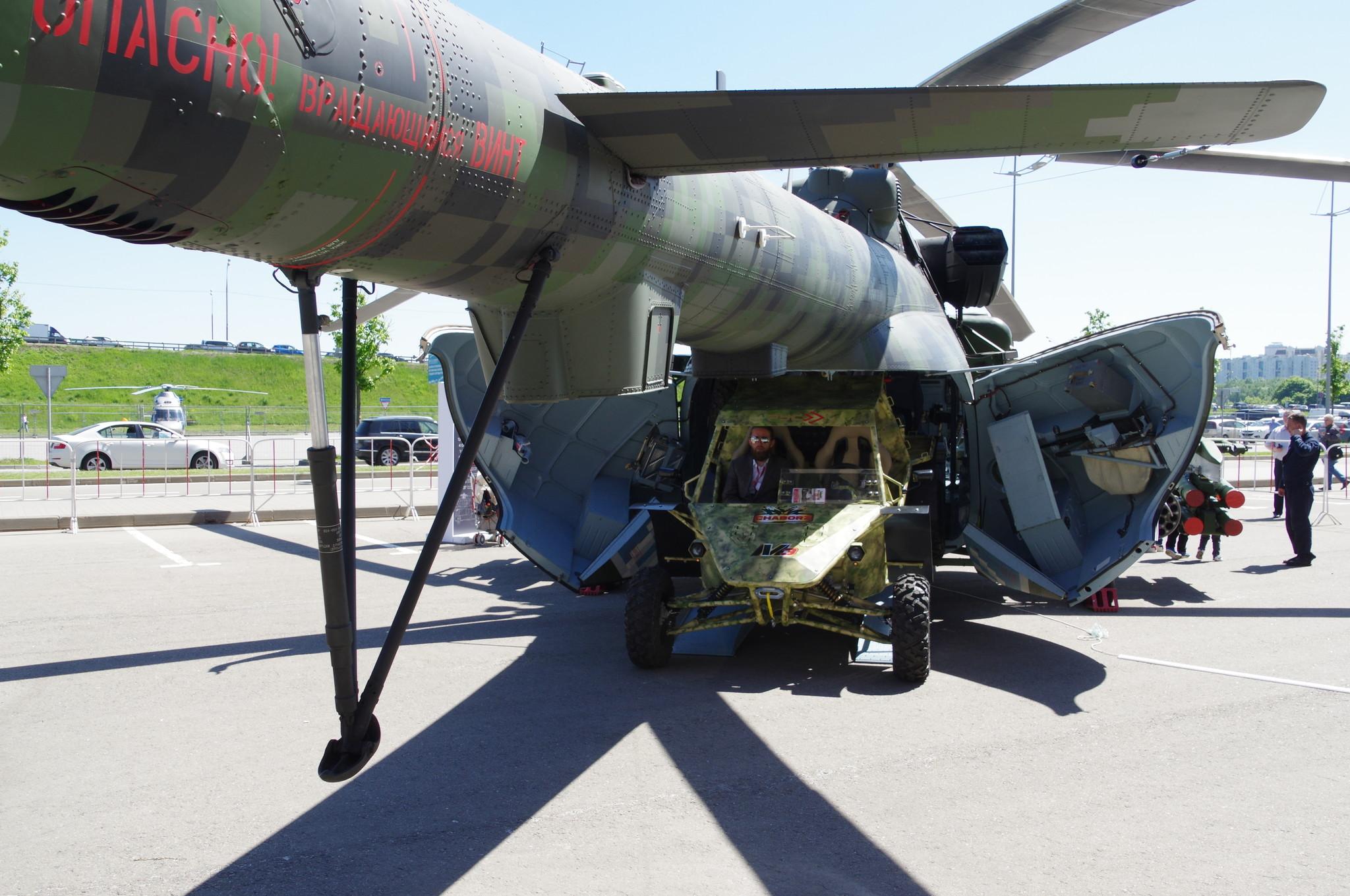 Военно-транспортный вертолёт Ми-171Ш и лёгкий автовездеход Багги Чаборз М-3