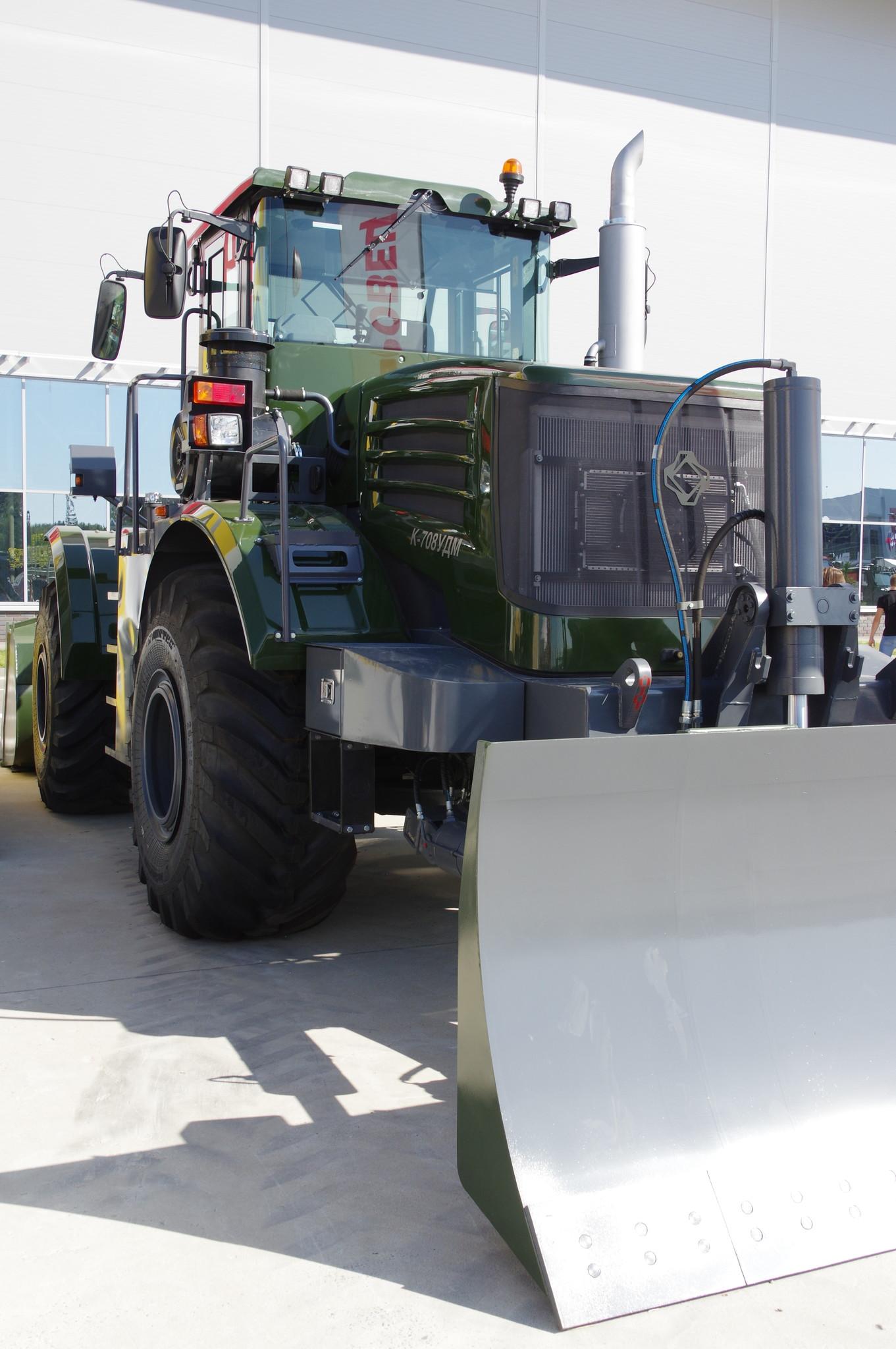 Фронтальный колёсный погрузчик с бульдозерным оборудованием Кировец К-708УДМ