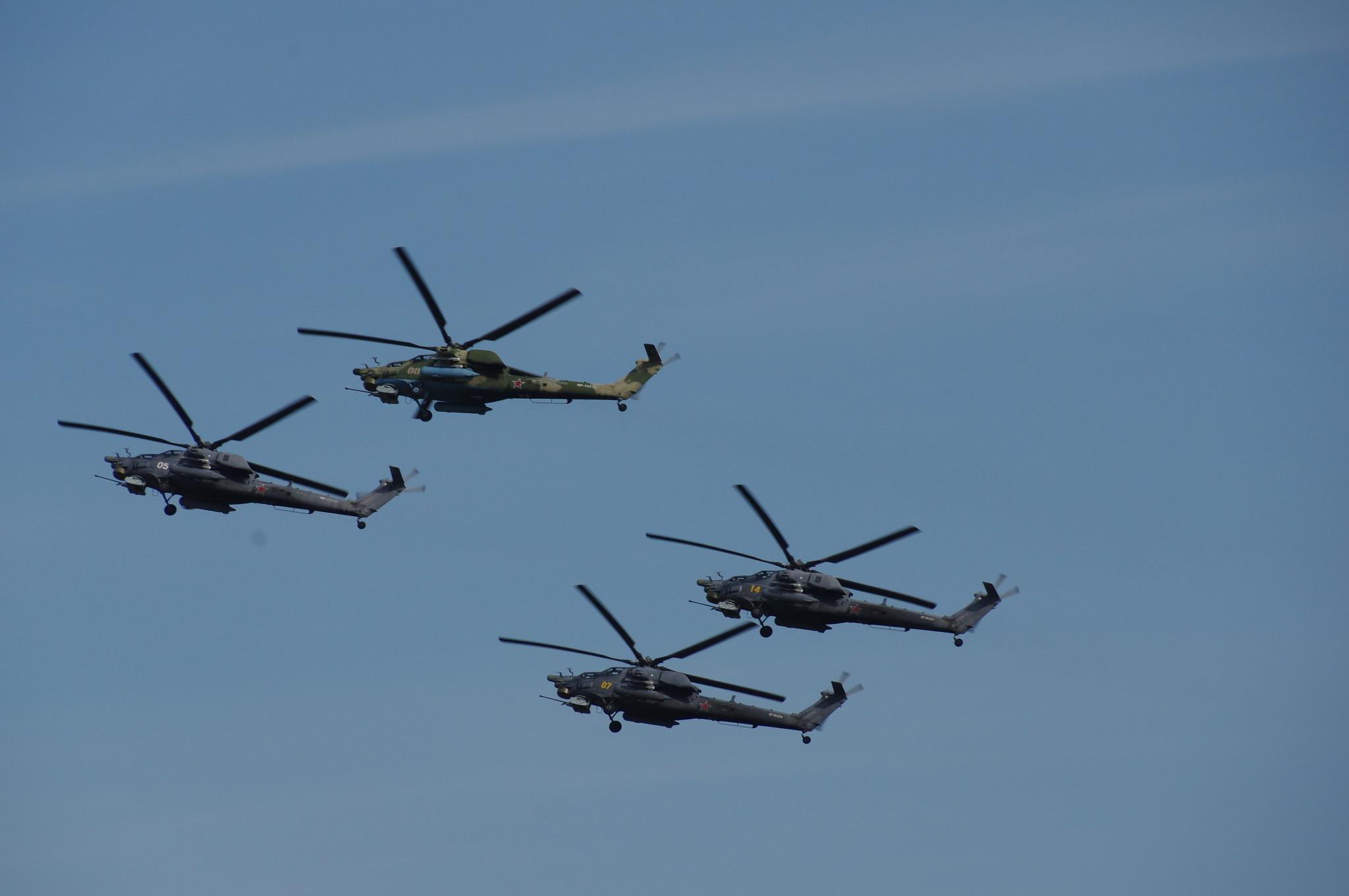 Лётчики пилотажной группы «Беркуты» выступают на вертолётах Ми-28Н