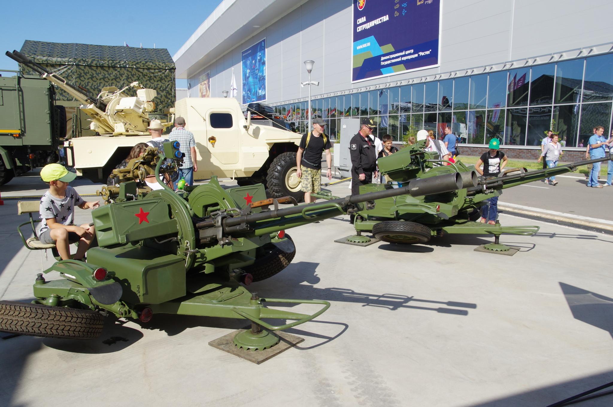 Модернизированные зенитные установки ЗУ-23/30 М1-4У и ЗУ-23/30 М1-4. На дальнем плане Проект «САМУМ»