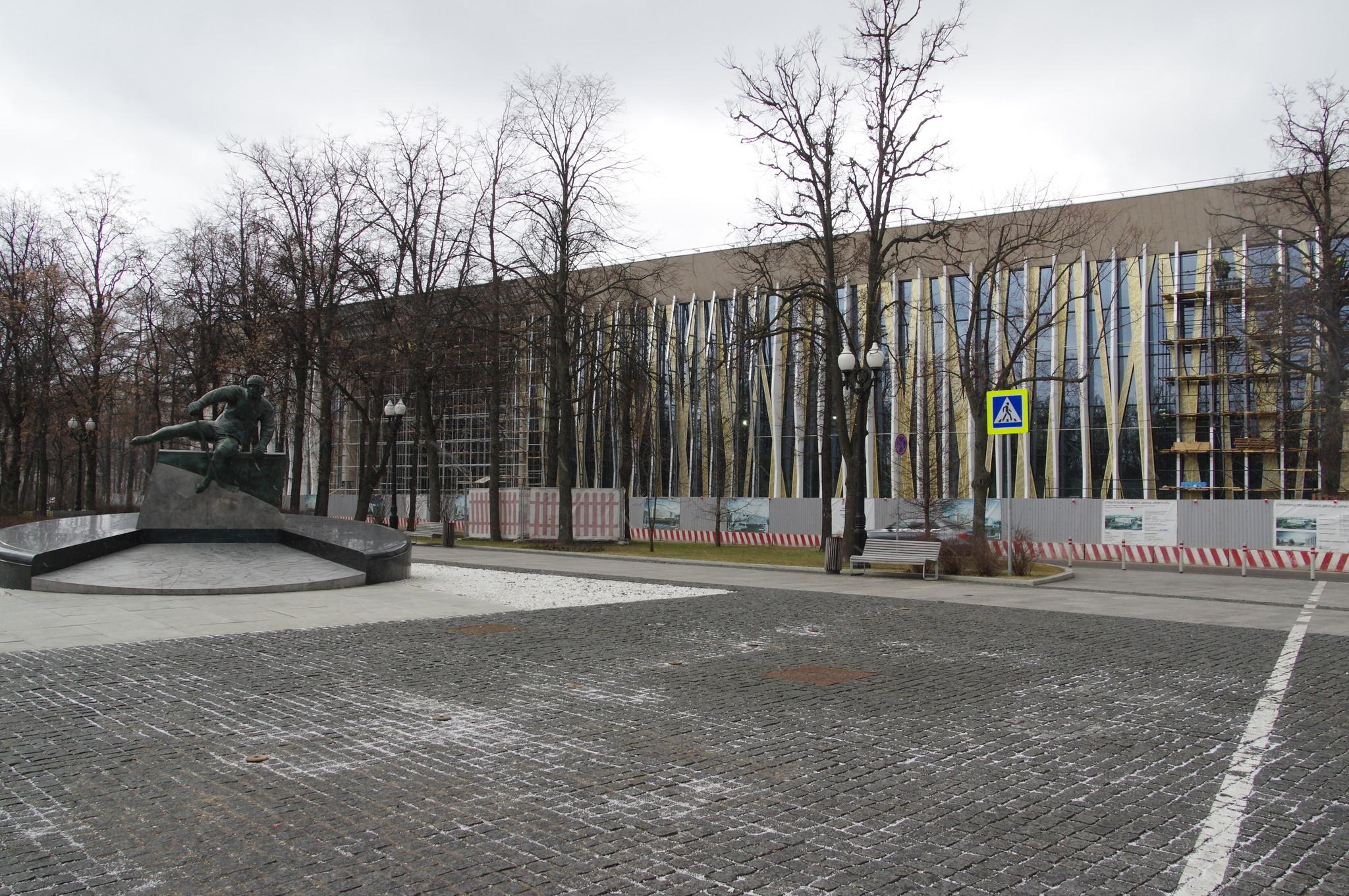 Памятник советскому хоккеисту Валерию Харламову на Аллее славы спорткомплекса «Лужники»