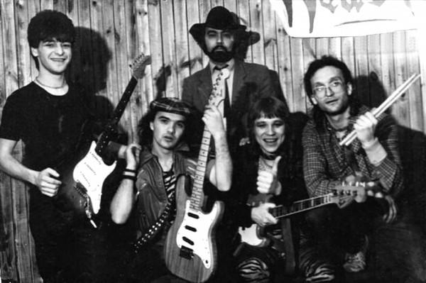 e66892f0174 ... где Дмитрий Варшавский руководил вокально-инструментальным ансамблем.  Однажды в клубе решили провести рок-концерт и попросили Дмитрия выступить  на нём.