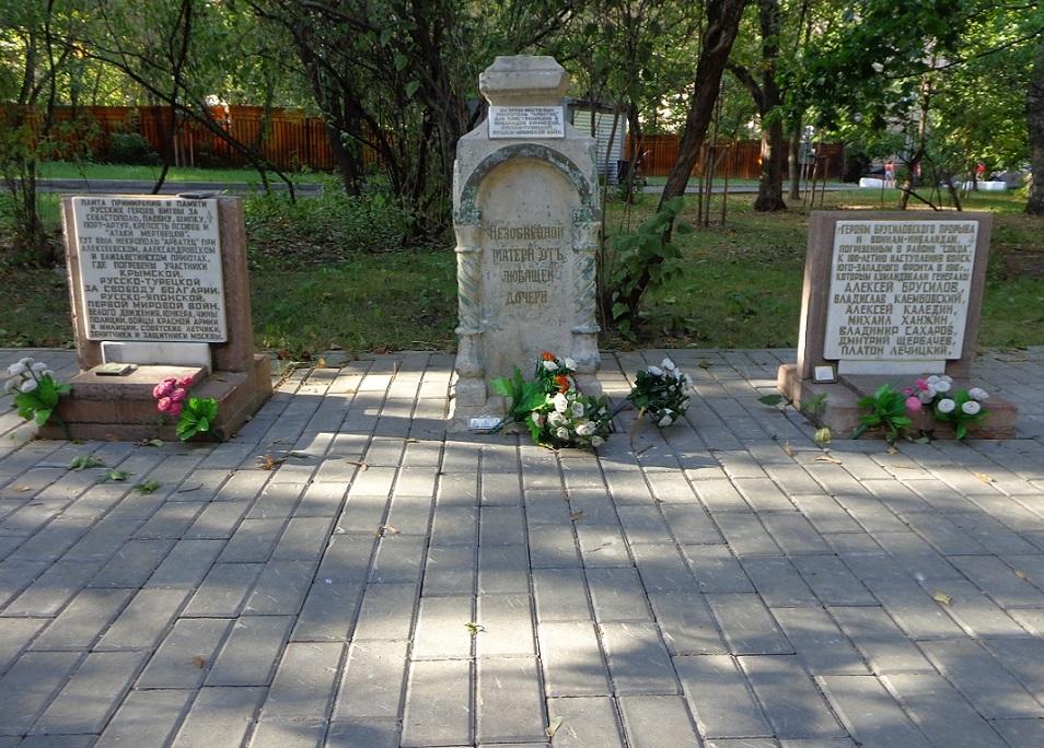 """Чиновники уничтожают старинные могилы в сквере, разбитом на месте Солдатского кладбища """"Арбатец"""". H-146"""