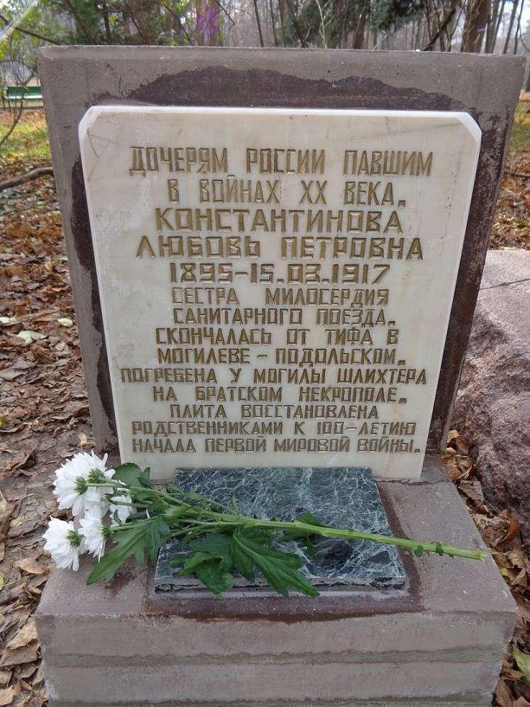 На месте погребения сестер милосердия Ольги Шишмаревой и Веры Семеновой на Братском кладбище героев Первой мировой войны 6 мая откроют восстановленную надгробную плиту. H-414
