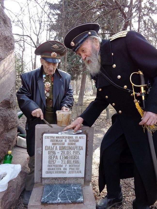 На месте погребения сестер милосердия Ольги Шишмаревой и Веры Семеновой на Братском кладбище героев Первой мировой войны 6 мая откроют восстановленную надгробную плиту. H-420