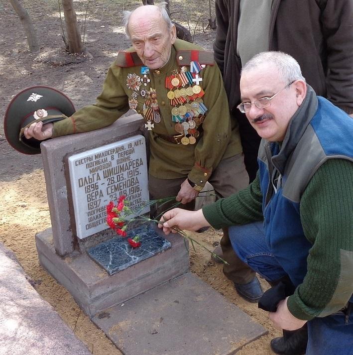 На месте погребения сестер милосердия Ольги Шишмаревой и Веры Семеновой на Братском кладбище героев Первой мировой войны 6 мая откроют восстановленную надгробную плиту. H-421