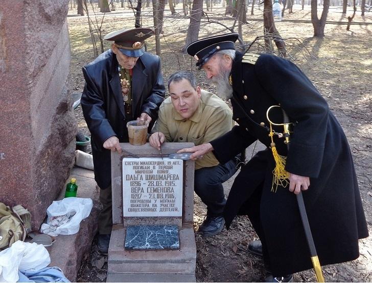 На месте погребения сестер милосердия Ольги Шишмаревой и Веры Семеновой на Братском кладбище героев Первой мировой войны 6 мая откроют восстановленную надгробную плиту. H-422