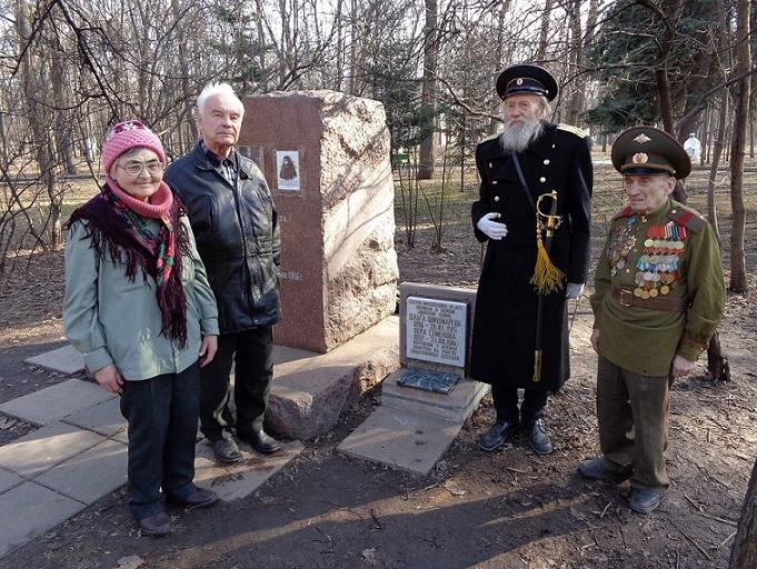 На месте погребения сестер милосердия Ольги Шишмаревой и Веры Семеновой на Братском кладбище героев Первой мировой войны 6 мая откроют восстановленную надгробную плиту. H-425