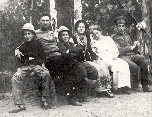 На месте погребения сестер милосердия Ольги Шишмаревой и Веры Семеновой на Братском кладбище героев Первой мировой войны 6 мая откроют восстановленную надгробную плиту. H-450