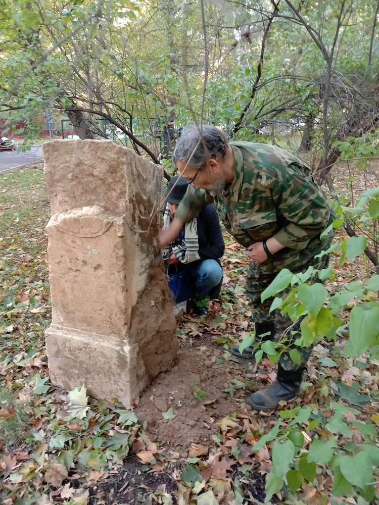 """Чиновники уничтожают старинные могилы в сквере, разбитом на месте Солдатского кладбища """"Арбатец"""". H-573"""