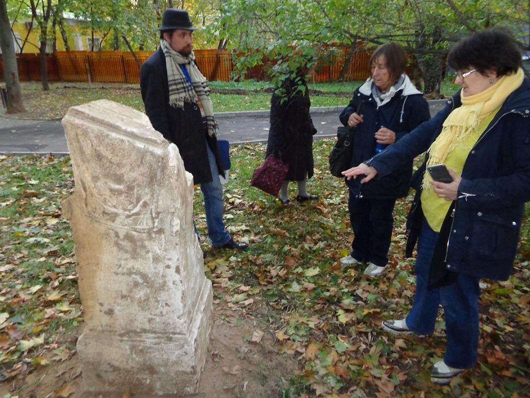 """Чиновники уничтожают старинные могилы в сквере, разбитом на месте Солдатского кладбища """"Арбатец"""". H-575"""