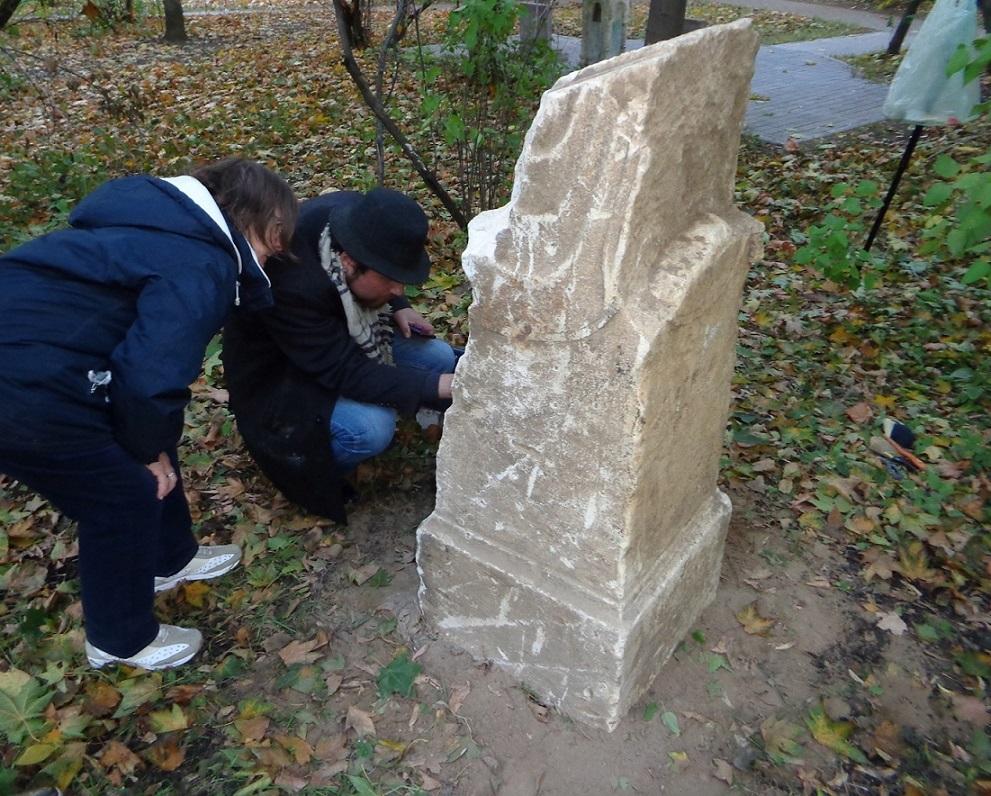 """Чиновники уничтожают старинные могилы в сквере, разбитом на месте Солдатского кладбища """"Арбатец"""". H-580"""