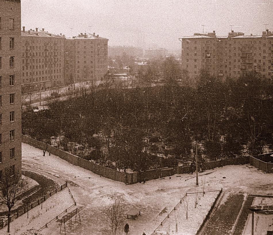 """Чиновники уничтожают старинные могилы в сквере, разбитом на месте Солдатского кладбища """"Арбатец"""". H-595"""