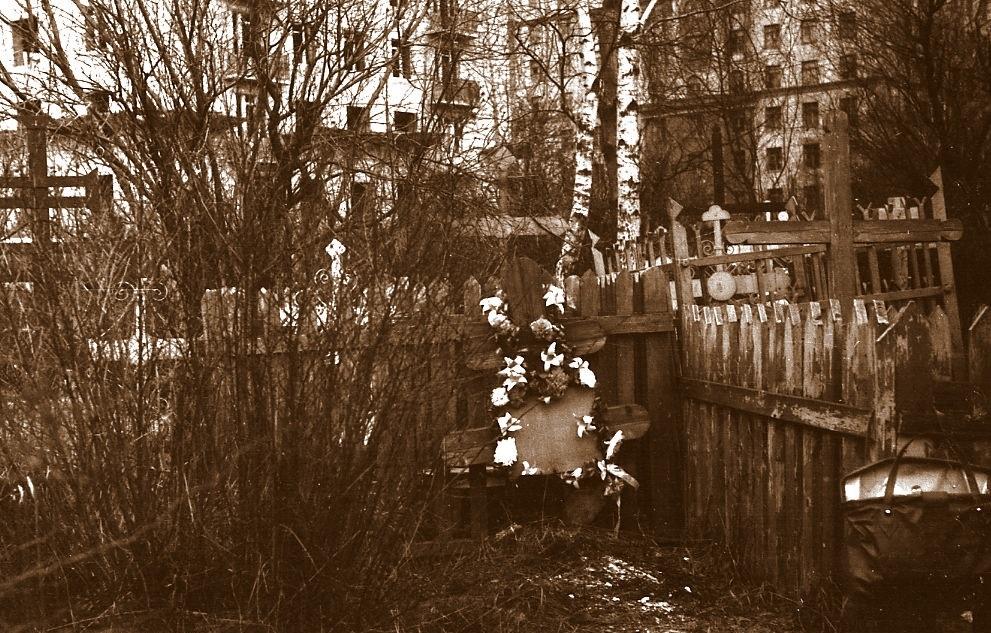 """Чиновники уничтожают старинные могилы в сквере, разбитом на месте Солдатского кладбища """"Арбатец"""". H-596"""