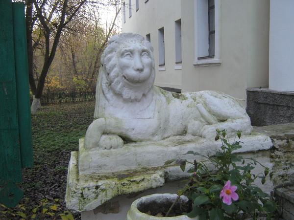 Лев у 1-го корпуса