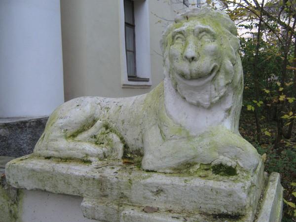Улыбающийся лев у 1-го корпуса