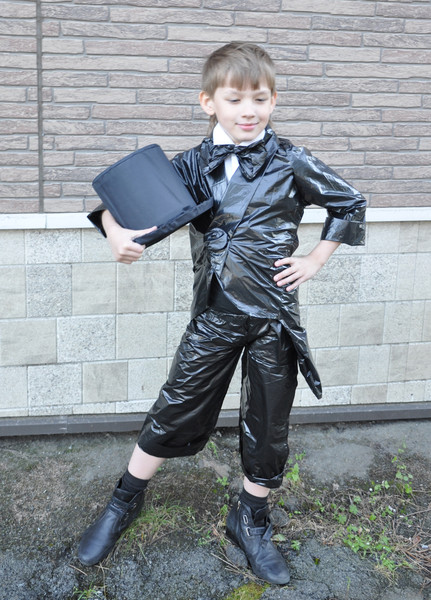 костюм инопланетянина из мусорных пакетов
