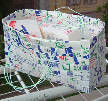 Сумочка из молочных пакетов.  Сумочка связана крючком.
