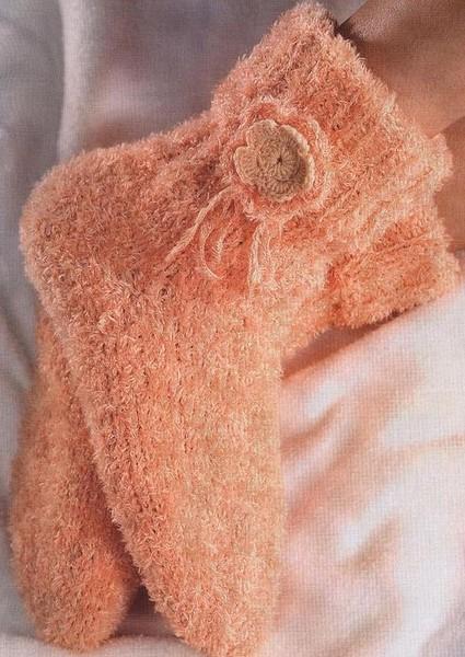 красивые вязаные носки спицами.  Цветочек связан крючком.
