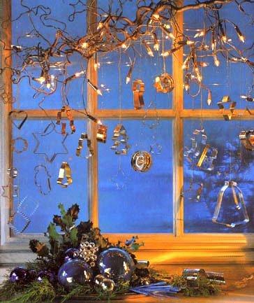 Зимнее украшение окна в белоснежных тонах выгодно подчеркнут серебристо-черные аксессуары: прозрачные стеклянные...